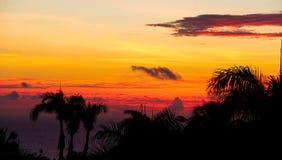 Brandende wolken over tropische kustlijn royalty-vrije stock foto
