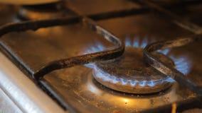 Brander met het branden van gas op een oude plaat stock footage