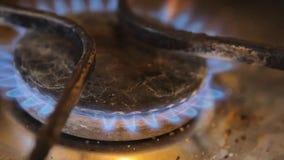 Brander met het branden van gas op een oude plaat stock videobeelden