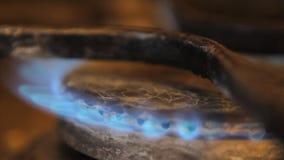 Brander met het branden van gas op een oude plaat stock video