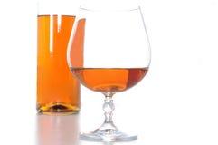 Brandewijn bootle en glas stock fotografie