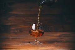 Brandewijn of cognac in het glas stock afbeeldingen