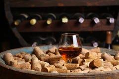 Brandewijn in een wijnkelder stock afbeelding