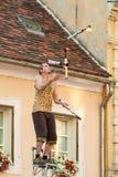 Brandfacklajonglör som utför under den Spancirfest festivalen Fotografering för Bildbyråer