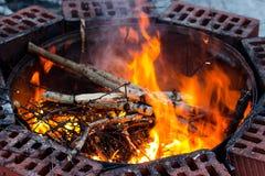 Brandflamma i en brandgrop arkivbild