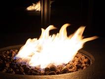 Brandflamma i en kolbrandgrop Arkivfoton