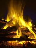 Brandflammor av en stor högbrasa på svart bakgrund Arkivbild