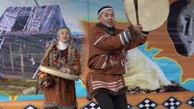 Brandgevaarlijke dans van inheemse inwoners van Kamchatka met tamboerijn stock videobeelden