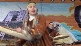 Brandgevaarlijke dans van inheemse inwoners van Kamchatka met tamboerijn stock video