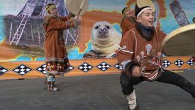 Brandgevaarlijke dans van inheemse inwoners van Kamchatka met tamboerijn stock footage