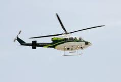 brandhelikopterräddningsaktion royaltyfria bilder