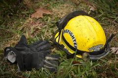 Brandhjälm och brandhandskar Arkivfoton