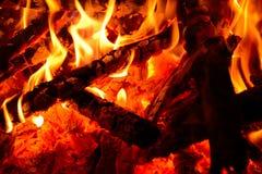 Brandhout in de brand royalty-vrije stock afbeeldingen