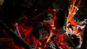 Brandhout in de grill stock footage