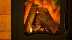 Brandhout in de open haard Royalty-vrije Stock Afbeeldingen