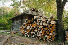Brandhout dichtbij een huis in bos Stock Afbeeldingen