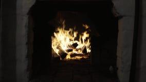 Brandhout in een grote oven stock videobeelden