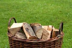 Brandhout in een mand Stock Afbeeldingen