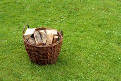 Brandhout in een mand Stock Foto's