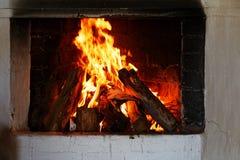 Brandhout het branden in de haard stock foto's