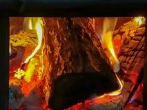 Brandhout het branden in een brand die een barbecue opwarmen stock afbeelding