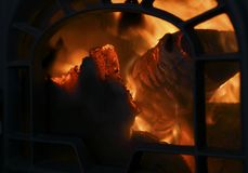 Brandhout het branden in oude ijzeroven Sluit omhoog met exemplaarruimte voor tekst royalty-vrije stock afbeeldingen