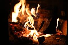 Brandhout in het fornuisclose-up en de rode steenkolen Vlammen royalty-vrije stock afbeeldingen