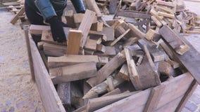 Brandhout in houten container stock videobeelden