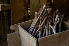 Brandhout in houten doos Stock Afbeelding