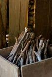 Brandhout in houten doos Royalty-vrije Stock Fotografie