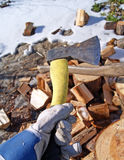 Brandhout met bijl Stock Fotografie