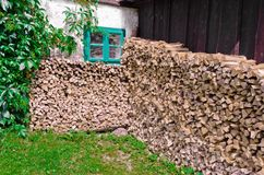 Brandhout onder het venster Stock Foto