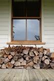 Brandhout onder venster wordt gestapeld dat Stock Fotografie