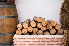 Brandhout op bakstenen Stock Fotografie