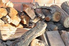 Brandhout op de achtergrond van bakstenen muur Royalty-vrije Stock Foto