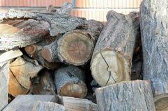 Brandhout op de achtergrond van bakstenen muur Stock Foto's