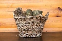 Brandhout in oude rieten mand royalty-vrije stock afbeeldingen
