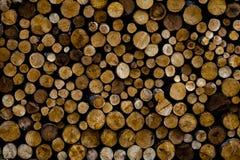 Brandhout in stapel buiten wordt opgestapeld die royalty-vrije stock afbeeldingen