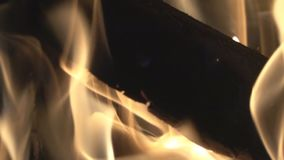 Brandhout, vlammen, steenkolen stock videobeelden