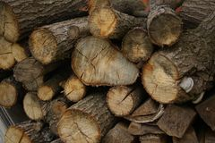 Brandhout voor de open haard Houten logboeken, houten stapel Zaagmolen en planken royalty-vrije stock foto