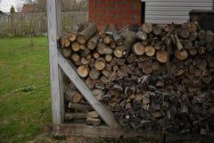 Brandhout voor de open haard Houten logboeken, houten stapel Zaagmolen en planken stock afbeeldingen