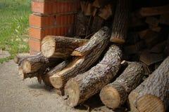 Brandhout voor de open haard Houten logboeken, houten stapel Zaagmolen en planken stock foto's