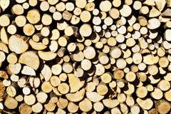 Brandhout, in woodpile wordt gestapeld die stock fotografie