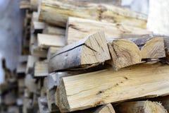 Brandhoutachtergrond - gespleten in de oven gedroogd hardhout gespleten brandhout in de stapel stock foto's