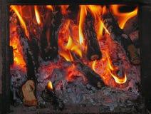 Brandhoutbrandwonden in oven Stock Afbeeldingen