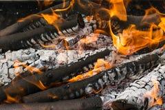 Brandhouten bij nacht Vlam en brandvonkenclose-up stock afbeeldingen