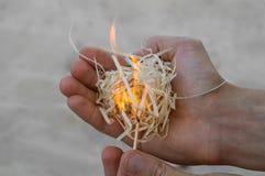 Brandhoutvuller ter beschikking met matchstick, zandachtergrond stock fotografie