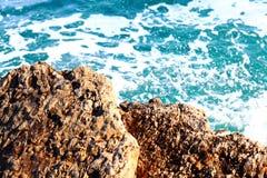 Branding bij de rotsachtige kust Stock Afbeelding