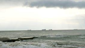 Branding in de Zwarte Zee Kleine golvenspleten met golfbreker in de Zwarte Zee dichtbij Odessa stock video