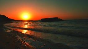 Branding op de Overzeese zonsopgang stock video
